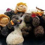 Raviolis de pasta fresca rellenos con trufa, jugo emulsionado de setas y nuez de macadamia, del restaurante MB Abama