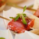brocheta de salmon rojo braseado con su microvegetal de rábano