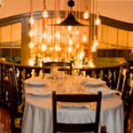 mesas y luz restaurante Amaya