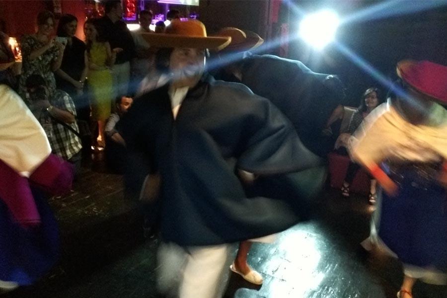 Un grupo de bailarines folklóricos también amenizó la velada