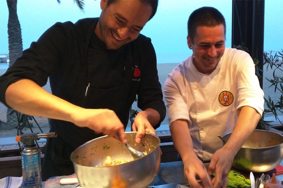 Gabriel Conti y su asistente haciendo gala del buen clima que reinó durante toda la cena