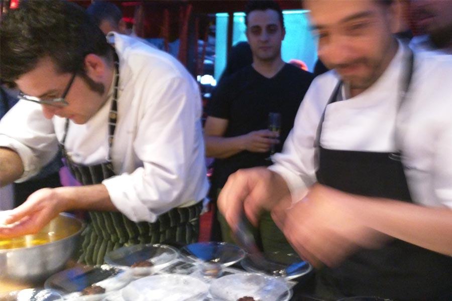 Germán Espinosa monta su plato con la ayuda de Albert Ortiz