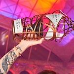 Kailyn Stewart alza orgullosa su trofeo