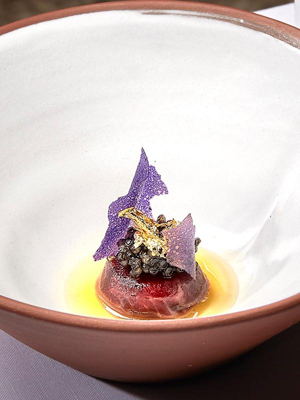 Ravioli de buey, consomé gelé acidulado, caviar oscietra de Marc Segarra