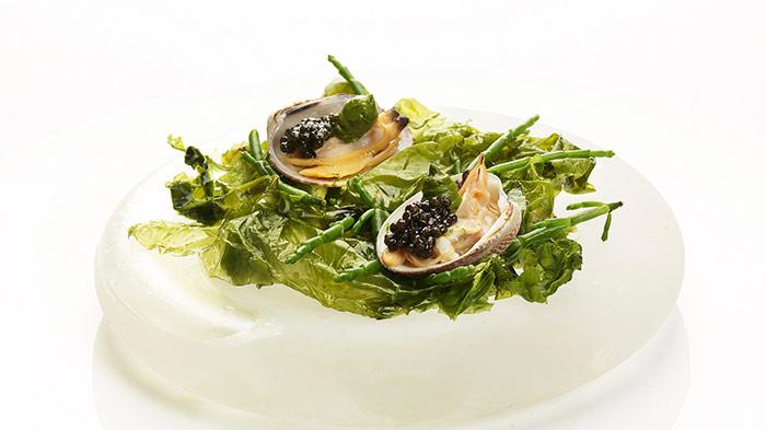 Almejas de carril con mantequilla de plancton y caviar